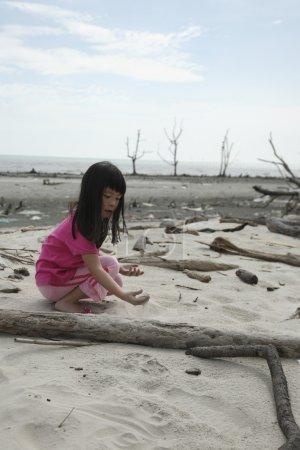 Photo pour Enfant qui joue à la beaxh polluée - image libre de droit