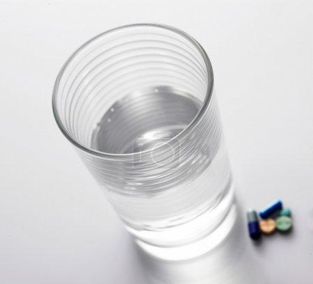 pilules et un verre d'eau