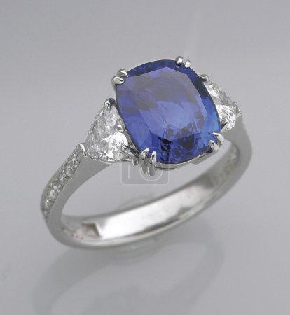 Photo pour Un anneau de saphir sur la table . - image libre de droit