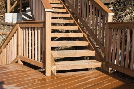 Photo pour Nouvelle terrasse en bois et escaliers sur la plage - image libre de droit