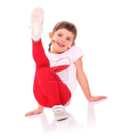 Photo pour Une photo d'un polonais petite fille aux couleurs nationales, souriant sur fond blanc - image libre de droit