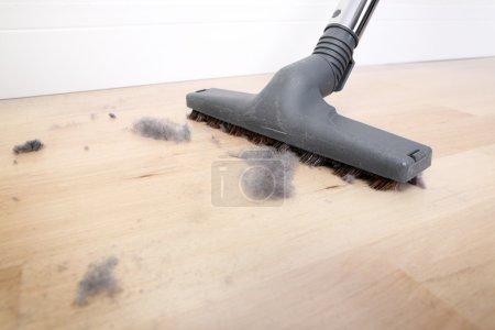 Photo pour Une image d'un plancher en bois aspirant recouvert de poussière - image libre de droit