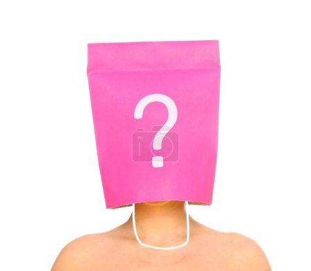 Photo pour Un portrait d'une jeune femme avec sa tête recouverte d'un sac à provisions rose - image libre de droit