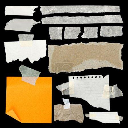 Photo pour Morceaux de papier déchiré et de ruban adhésif sur fond noir - image libre de droit