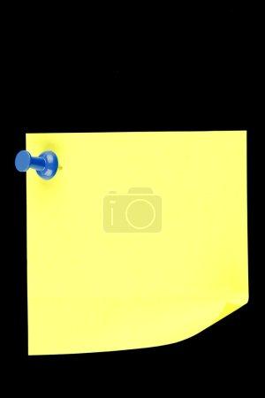Photo pour Papier à lettres épinglé sur fond noir - image libre de droit