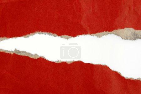 Photo pour Trou déchiré en papier rouge sur fond Uni - image libre de droit