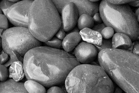 Photo pour Gros plan de pierres lisses assorties - image libre de droit