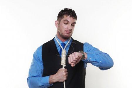 Photo pour Bel homme avec corde de pendu autour du cou - image libre de droit