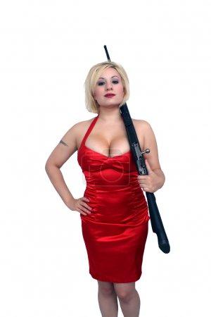 Photo pour Une jolie jeune blonde sexy tient affectueusement un fusil militaire Mosin-Nagant restauré. Isolé sur un fond blanc avec un copyspace généreux . - image libre de droit