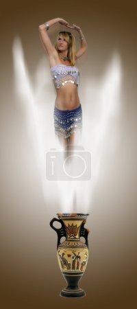 Photo pour Un beau génie blond sexy émerge d'un vieux vase grec poussiéreux et cassé . - image libre de droit