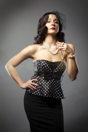 Photo pour Portrait de femme mûre en collier de perles et un voile noir - image libre de droit