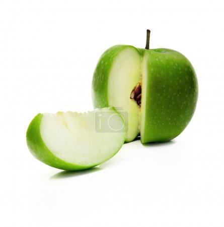 Photo pour Pomme verte et tranche isolé sur fond blanc - image libre de droit