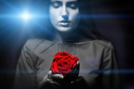 Photo pour Très jolie femme avec ros, regard sexuel sensuel - image libre de droit