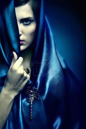 Photo pour Portrait d'une jeune beauté de fille en robe bleue - image libre de droit