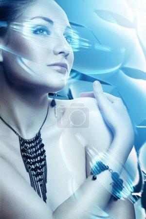 Foto de Hermosa mujer atractiva con accesorio e interfaz virtual - Imagen libre de derechos
