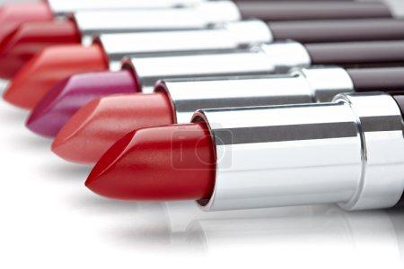 Photo pour Gros plan d'un rouge à lèvres sur fond blanc - image libre de droit