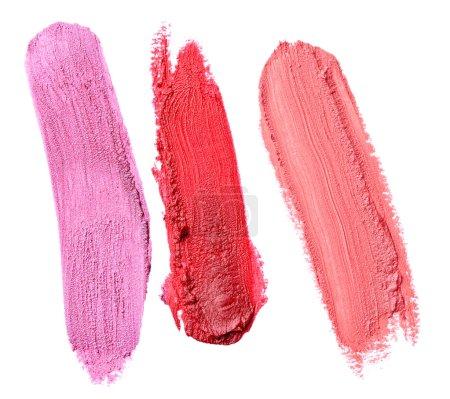 Photo pour Gros plan d'un rouge à lèvres maculé sur fond blanc - image libre de droit