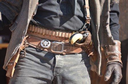 Photo pour Cowboy du Wild west avec étui et revolver - image libre de droit