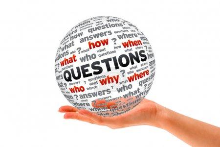 Photo pour Main tenant une pancarte questions de la sphère 3d sur fond blanc. - image libre de droit