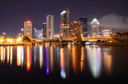 Photo pour Centre-ville de Tampa, Floride le long de la rivière Hillsborough . - image libre de droit