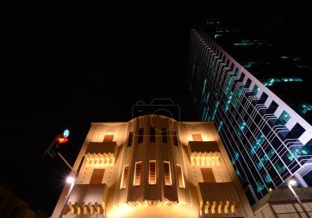 Photo pour Bauhaus et l'architecture moderne côte à côte à Tel Aviv, Israël . - image libre de droit