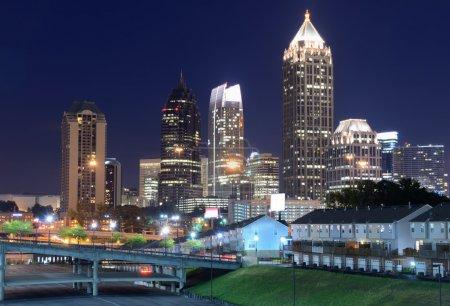 Photo pour Skyline du centre-ville d'Atlanta, Géorgie au-dessus de Freedom Parkway au crépuscule . - image libre de droit