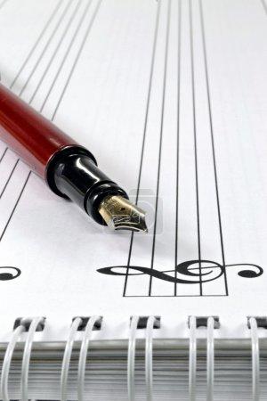 Photo pour Un stylo-plume sur un livre de partitions de musique - image libre de droit