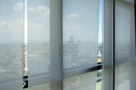 Photo pour Stores de rideau de bureau, le jour - image libre de droit