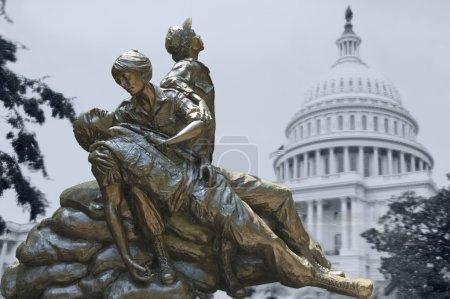Photo pour Statues commémoratives de la guerre du Vietnam Femmes Infirmière, Arlington, États-Unis isolées sur la photo fantôme du Capitole derrière - image libre de droit