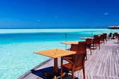 tables et chaises au restaurant de la plage tropicale