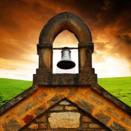 Foto de Viejo campanario de la iglesia frente a impresionante paisaje - Imagen libre de derechos