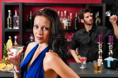 Photo pour Jolie jeune femme au cocktail bar boisson Profitez de barman - image libre de droit