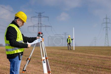 terrain mesure géographe sur chantier