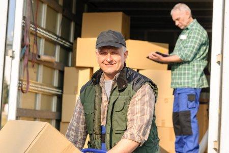 Foto de Macho mover carga van con servicio de entrega de la caja de cartón - Imagen libre de derechos