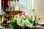Sklenice šampaňského, květiny