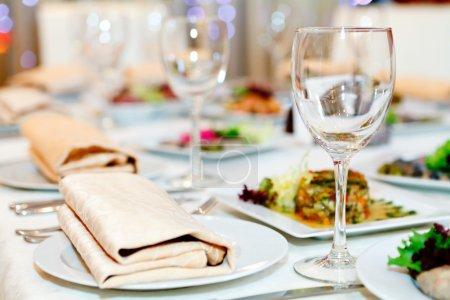 Photo pour Table servie au restaurant - image libre de droit