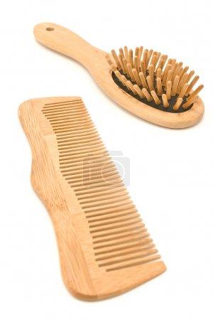 Photo pour Peigne et brosse en bois isolés sur blanc - image libre de droit