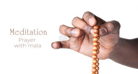 Photo pour Main tenant des perles de mala japa pour la prière par l'homme indien isolé à fond blanc. Espace libre pour votre texte - image libre de droit