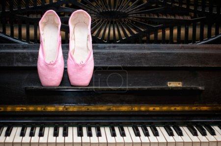 Photo pour Pointe rose sur le vieux piano noir - image libre de droit