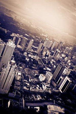 Photo pour Skyline des couleurs sombres dramatiques ville - image libre de droit