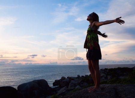Photo pour Femme de liberté de succès près de l'océan - image libre de droit