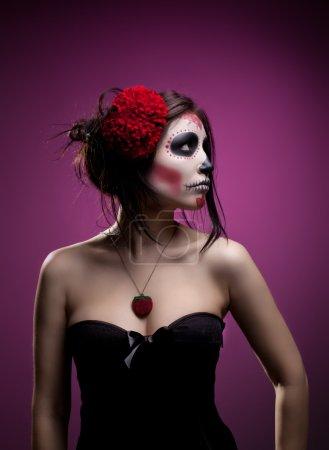 Photo pour Femme sérieuse dans la journée de l'art de visage masque mort crâne regarder côté - image libre de droit