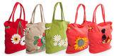 Skupina letní plážovou tašku s květinami