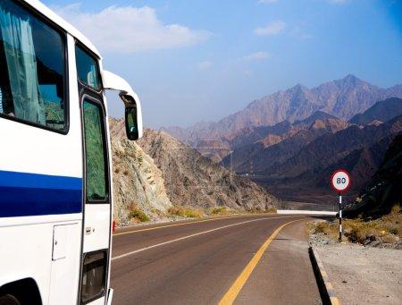 Photo pour Autobus roule sur la route de montagne - image libre de droit