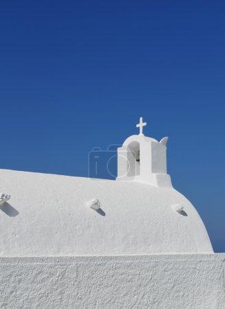 Photo pour Blanc lavé église grecque traditionnelle sur fond bleu ciel - image libre de droit