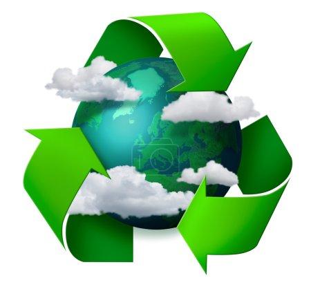 Photo pour Concept de changement climatique planète Terre avec nuages et flèches symbole de recyclage - image libre de droit