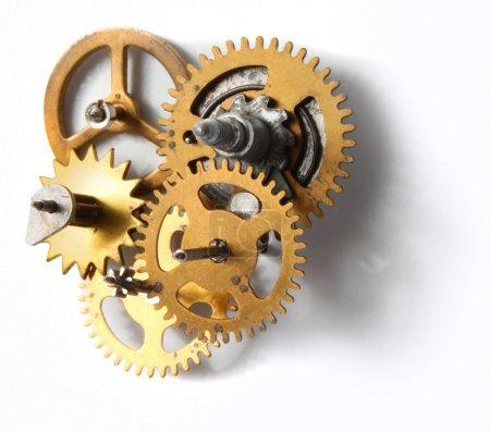 Photo pour Ancien mécanisme horloger avec des rouages métalliques en laiton sur fond blanc - image libre de droit