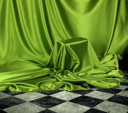 Photo pour Quelque chose de secret voilé sous tissu de tissu soyeux satin vert - image libre de droit