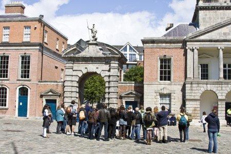 Photo pour Groupe de touristes sur une visite guidée du château de Dublin à Dublin Irlande - image libre de droit