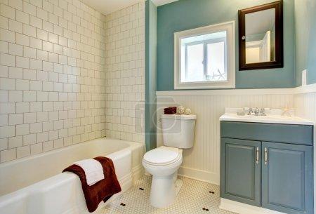 Photo pour Salle de bain classique simple bleu avec carrelage blanc . - image libre de droit